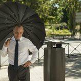Javier Gutiérrez con un paraguas en 'Vergüenza'