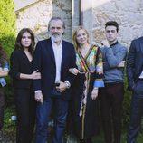 Pilar Castro, José Coronado, Giulia Charm, Claudia Traisac, Álex Monner y Álex González, en 'Vivir sin permiso'