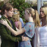 Josh Henderson y Andrea Bowen se miran en 'Mujeres desesperadas'