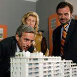 Antonio y Merche miran una maqueta