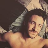 Cepeda, 'OT 2017', guiña un ojo tumbado en la cama sin camiseta