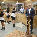 Presentador y camareros posan en el nuevo restaurante de 'First Dates'