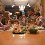 Cena en familia en una de las escenas de 'Fugitiva'