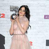 Camila Cabello posa con su premio en los MTV EMAs 2017