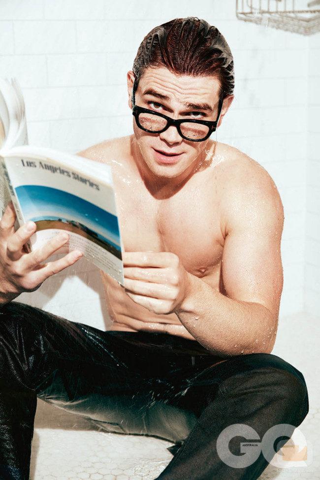K.J Apa posa semidesnudo con una revista y gafas en la ducha para GQ