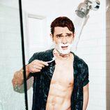 K.J Apa posa sexy afeitándose en la ducha para GQ