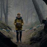 Louis Hofmann en la entrada de la cueva en 'Dark