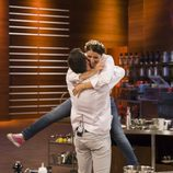 Silvia Abril y Saúl abrazados en el duelo final de 'MasterChef Celebrity 2'