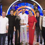 Los jueces posan junto a Saúl Craviotto y Eva González en la final de 'MasterChef Celebrity 2'
