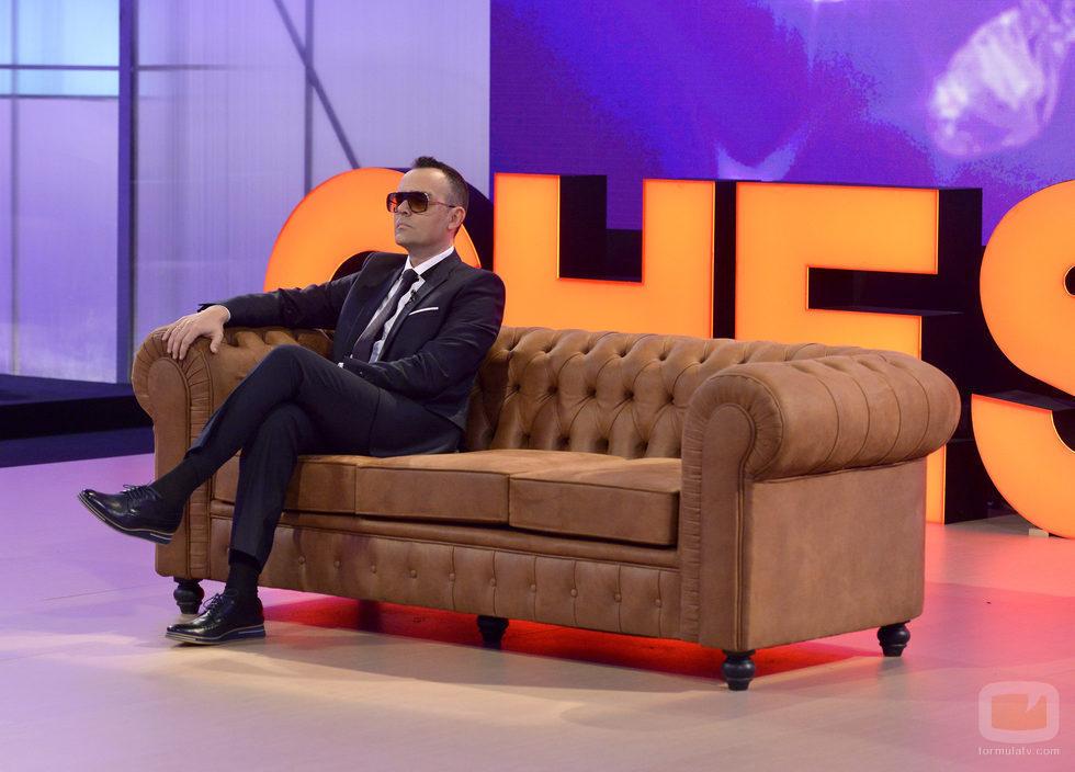 Risto Mejide, presentador de 'Chester', sentado sobre el mítico sofá del programa