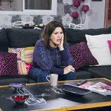 Menchu preocupada en su piso en el noveno episodio de la décima temporada de 'La que se avecina'