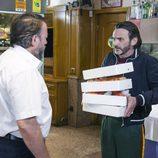 Fermín con un camarero en el noveno episodio de la décima temporada de 'La que se avecina'