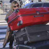 Terelu carga con las cinco maletas que lleva en su viaje a Nueva York en la tercera temporada de 'Las Campos'