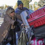 Terelu recibe ayuda cargando con todas las maletas en la tercera temporada de 'Las Campos'