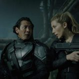 Reileen y Mister Leung en 'Altered Carbon' de Netflix