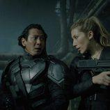 Reileen y Mister Leung en 'Altered Carbon' de Netflix