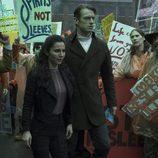 Joel Kinnaman y Martha Higareda en la serie de Netflix 'Altered Carbon'