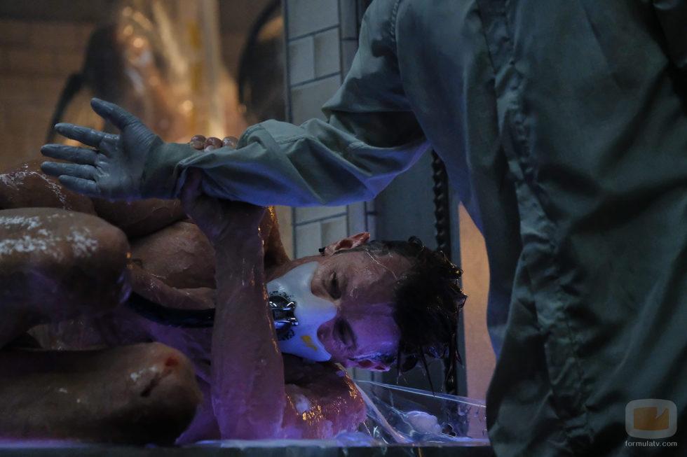 La mente de Takeshi Kovacs, condenada a prisión en la serie de Netflix 'Altered Carbon'