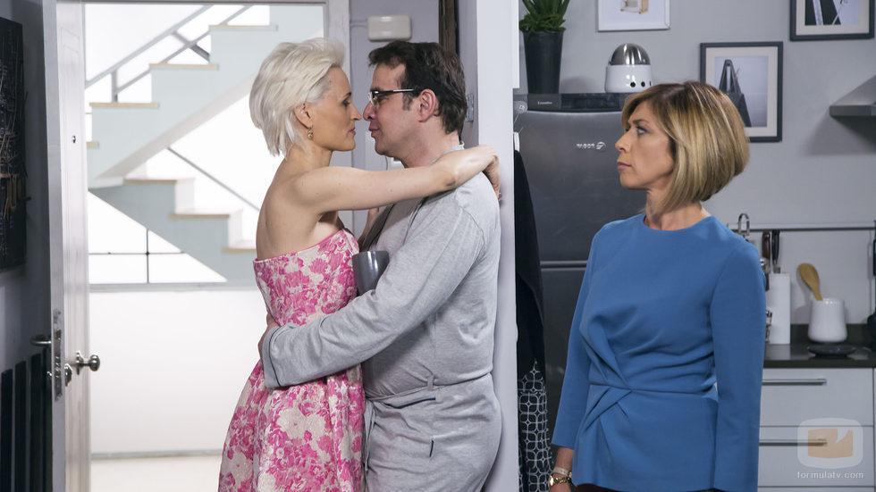 Bruno a punto de besar a Dafne en su casa mientras Maite les mira en el undécimo episodio de la décima temporada de 'La que se avecina'