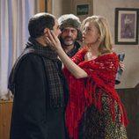 Una rusa agarra la cara de Antonio Recio frente a Fermín en el undécimo episodio de la décima temporada de 'La que se avecina'