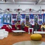 Los semifinalistas en el sofá del salón en la gala 13 de 'GH Revolution'