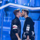 El beso entre Raoul y Agoney al final de su actuación en la Gala 7 de 'OT 2017'