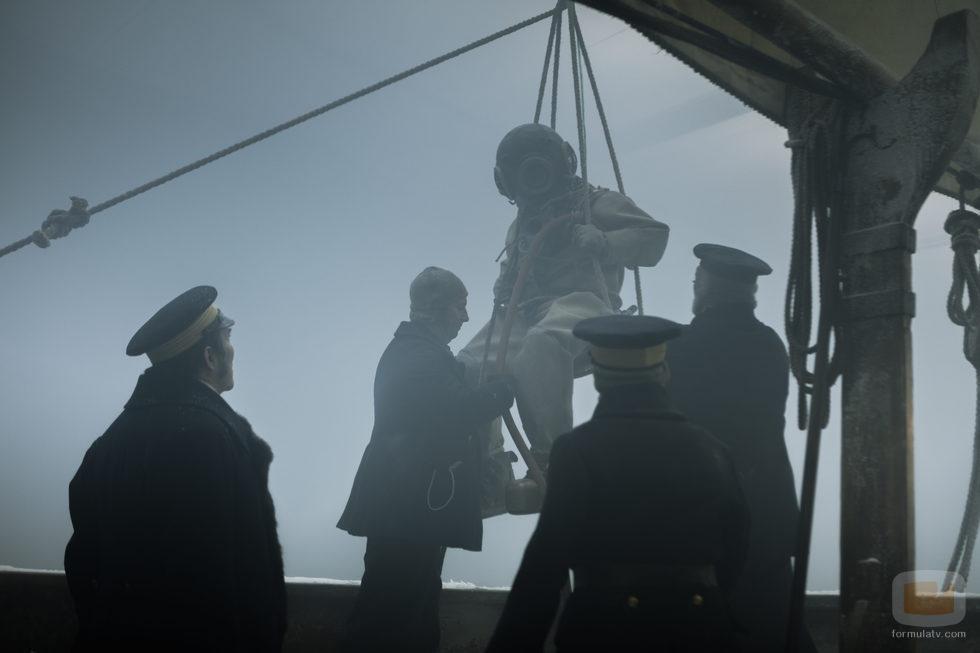 Parte de la tripulación de 'The Terror' con un buzo