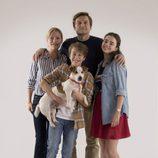 Alberto y  Marta junto a Sonia y Raúl  posan con Max en 'Sabuesos