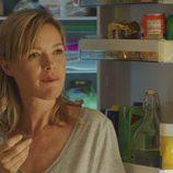 Marta junto al frigorífico en el primer capítulo de 'Sabuesos'