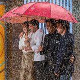 El jurado y Jorge Brazalez con paraguas bajo una lluvia de arroz en 'MasterChef Junior 5'