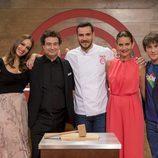 El jurado y la presentadora de 'MasterChef Junior 5' con Saúll Craviotto