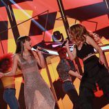 "Aitana y Natalia interpretan ""Walking on Sunshine"" en la gala especial de Navidad de 'OT 2017'"