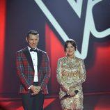 La ganadora y el presentador del programa en la final de 'La Voz 5'