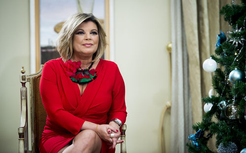 Terelu Campos sentada junto al árbol de Navidad