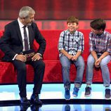 Carlos Sobera junto a dos protagonistas de 'Little Big Show'