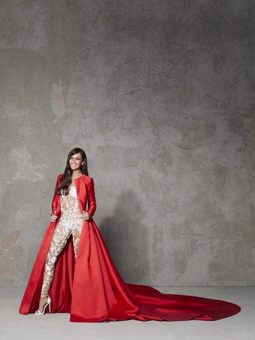 Cristina Pedroche luciendo los dos vestuarios de las Campanadas 2017-2018