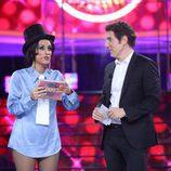 Ana Morgade, ganadora, junto a Manel Fuentes durante el Concierto de Año Nuevo de 'Tu cara me suena'