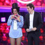 Ana Morgade, saboreando el premio junto a Manel Fuentes durante el Concierto de año Nuevo de 'Tu cara me suena'