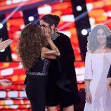 Lolita Flores y Elena Furiase se besan durante el Concierto de Año Nuevo de 'Tu cara me suena'