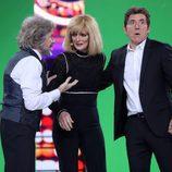 Olga Hueso junto a Manel Fuentes y Santiago Segura durante el Concierto de Año Nuevo en 'Tu cara me suena'