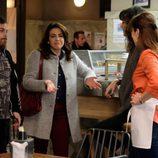 Fede y Espe, interpretados por Jimmy Barnatán y Mamen Camacho, charlan en un bar en 'Servir y proteger'