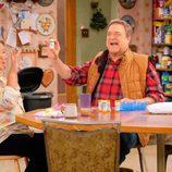 Roseanne Barr y John Goodman en el primer episodio del remake de 'Roseanne'