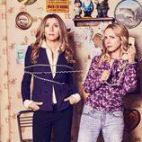 Sarah Chalke y Lecy Goranson en una foto promocional de 'Roseanne'