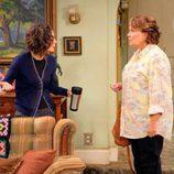 Sara Gilbert y Roseanne Barr en el primer capítulo de 'Roseanne'