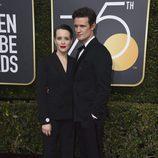 Claire Foy y Matt Smith posan en la alfombra roja de los Globos de Oro 2018