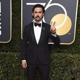 Milo Ventimiglia posa en la alfombra roja de los Globos de Oro 2018