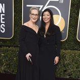 Meryl Streep y Ai-Jen Poo posan en la alfombra roja de los Globos de Oro 2018
