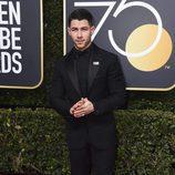 Nick Jonas posa en la alfombra roja de los Globos de Oro 2018