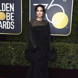 Angelina Jolie posa en la alfombra roja de los Globos de Oro 2018