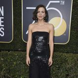 Maggie Gyllenhaal posa en la alfombra roja de los Globos de Oro 2018